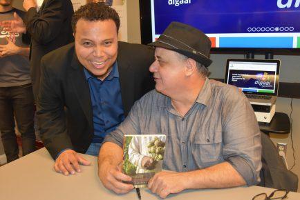 Jornalista Roberto Lima - Autógrafo - 7 (com radialista Leandro Alves)
